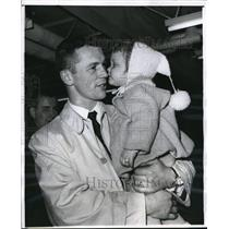 1961 Press Photo Chicago Ron Murphy of Black Hawks & daughter Kimberly