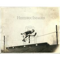 1920 Press Photo Yale's R. W. Landon during the high jump (6ft, 4in)