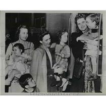 1944 Press Photo Mrs Windsor Watson takes children on train to Worthington