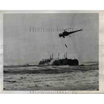 1945 Press Photo Capt Joseph Pawlick above oil barge on Penfield Reef,Bridgeport
