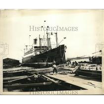 1923 Press Photo Japanese workers repair pier at Yokohama harbor & ship Admiral