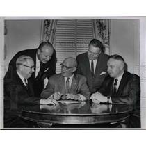 1963 Press Photo Planning Union Strategy after breakoff in Negotiations