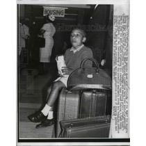 1962 Press Photo Atlanta- 4 year old Simuel Graft sits on luggage waiting.