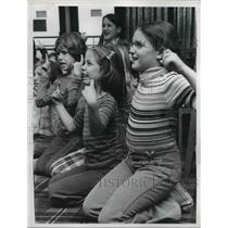 1977 Press Photo Michelle Grossman, Tracy Waller, Lauri Robinson, Hand language