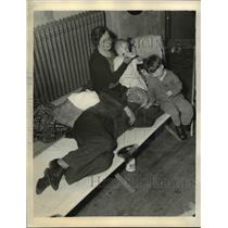 1936 Press Photo Mr.& Mrs. Joe Kuras & Children Take Refuge at Red Cross