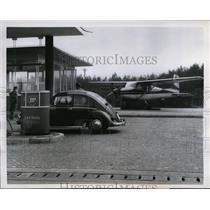 1959 Press Photo Airplane Emergency Landing Harmelingen Germany Highway Gas Pump