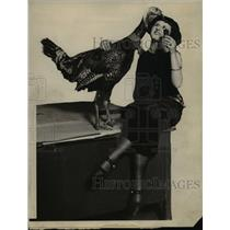 1923 Press Photo Esther Wilton & A Turkey - nee37915