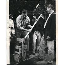 1962 Press Photo U.S. Peace Corpsman George Kroon shows block maker, Columbia