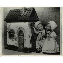 1932 Press Photo Dolls And Doll House