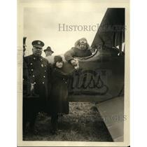 1915 Press Photo Rosalie Dwyer Daughter of Police Inspector Saying Goodbye