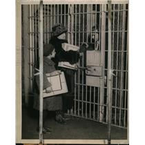 1923 Press Photo Wash DC Jail prisoners recieve a gift from friends