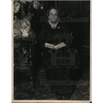 1922 Press Photo Mrs Sarah Smith Honored by Bible School on 99th Brithday
