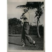 1935 Press Photo Paul Weber of Pirates golfing at Bay Shore club in Fla