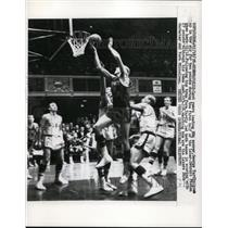 1958 Press Photo George Yardley scores in Laker games vs Pistons - nes28508