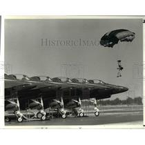 1982 Press Photo Golden Knights, army paratroopers land near Blue Angels planes