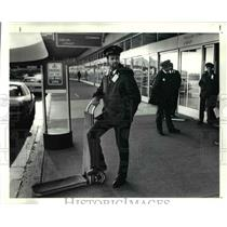 1991 Press Photo Skycap Dean Rice waits customer at Cleveland Hopkins Airport