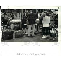 1986 Press Photo Baggage on board United flight 51 searched -bomb threat