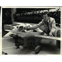 1983 Press Photo Bernie Oldenburgh makes adjustment to 1947 Shoestring aircraft