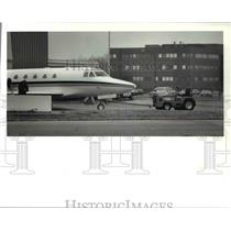 1989 Press Photo A jet from Reliance electric sits in front of its hanger