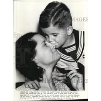 1938 Press Photo Tommie Thurlow put a kiss on his mother's nose