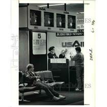 1991 Press Photo Joe Bacik watches passengers arrive and depart near gate 5