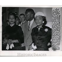 1958 Press Photo Mrs Coretta King visits husband Rev Martin King at hospital