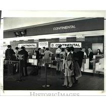 1988 Press Photo Continental Air travellers at Cleve Hopkins International Airpt