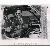 1949 Press Photo Bill Odom after setting a record 5000 mile flight