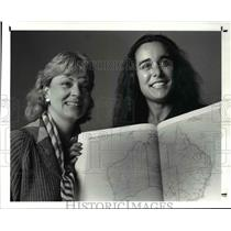 1988 Press Photo Barbara Ellison Zodrow w/ Cary Mathews with map of Australia