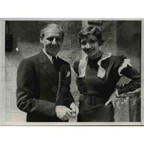1933 Press Photo Walter Winchell Newspaper Columnist & Claudette Colbert