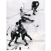 1962 Press Photo Chicago Black Hawks Ron Murphy, Bruins Pat Stapleton
