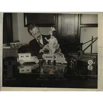 1926 Press Photo Eric T King of Specialties Sept of Commerce with toys