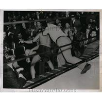 1937 Press Photo Al Bisigano & Vincent Lopez fight outside the ring - nes30236
