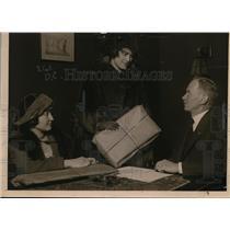 1920 Press Photo Shopper court Rosalie Sanden, Judge Walter Foster