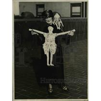 1922 Press Photo Miss Nellie Byrd Brooklyn NY & flapper dolls on display