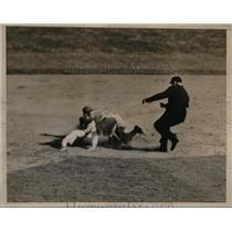 1933 Press Photo NYC NY Giants vs Boston Bees, McCarthy out at 2nd - nes31175