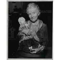 1933 Press Photo Mrs Emma Benedict & a doll from 1854