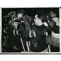 1943 Press Photo Chicago BlackHawks Red Hamill vs Felix Mancuso & Alf Pike Range