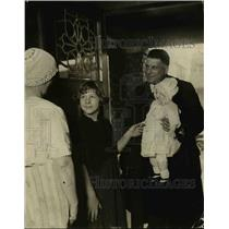 1923 Press Photo Policeman Art Koch & a doll with mom & girl in Detroit