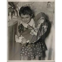 1938 Press Photo Phyllis Petrilli age 4 & a large doll - nex82666