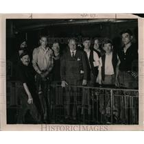 1920 Press Photo Jason Cox at Penn stattion talking to labor men