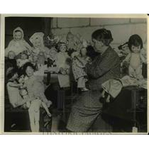 1931 Press Photo Cripples orphan dolls repaired at Good Will Industries