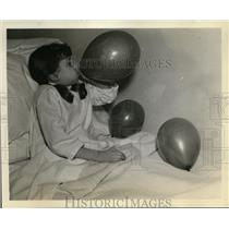 1938 Press Photo Chicago Presbyterian Hospital child with balloon exercises