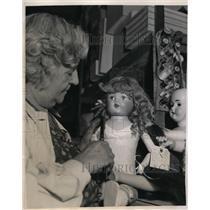 1938 Press Photo Mrs Lou Guff of LA Calif repairs dolls at toy hospital