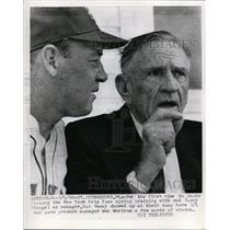 1966 Press Photo Former Mets manager Casey Stengel talks with Wes Westrum