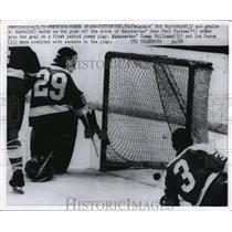 1970 Press Photo Penguins Bob Woytowich, goalie Al Smith vs Jean P Parise of MN