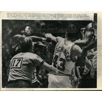 1971 Press Photo Detroit Terry Dischinger vs Milwaukee Bob Dandridge - nes31576