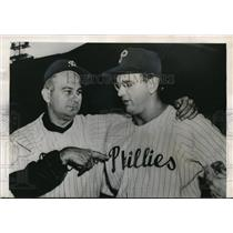 1950 Press Photo Phillies manager Eddie Sawter points to Jim Konstansky