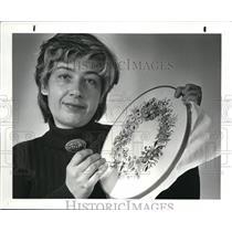 1982 Press Photo Anna Marie Setar with Needlework - cva41302