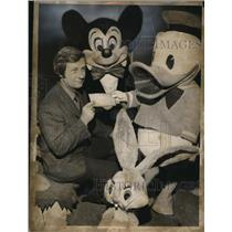 1972 Press Photo Jake Rosenheim with Mickey and Donald - cva41138